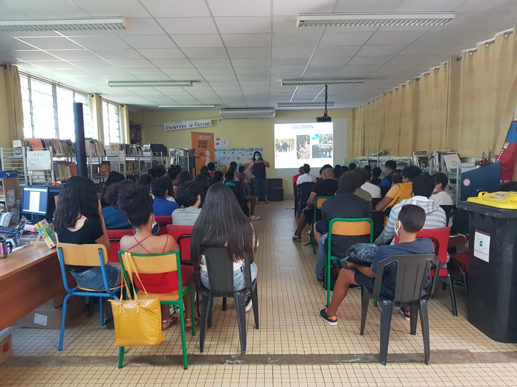 Jessica et Léa en intervention au collège Joseph Hubert de Saint-Joseph (Réunion)
